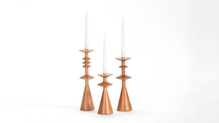 Candelabros de madera de lenga que invitan a pedir deseso. De Patricia Lascano.