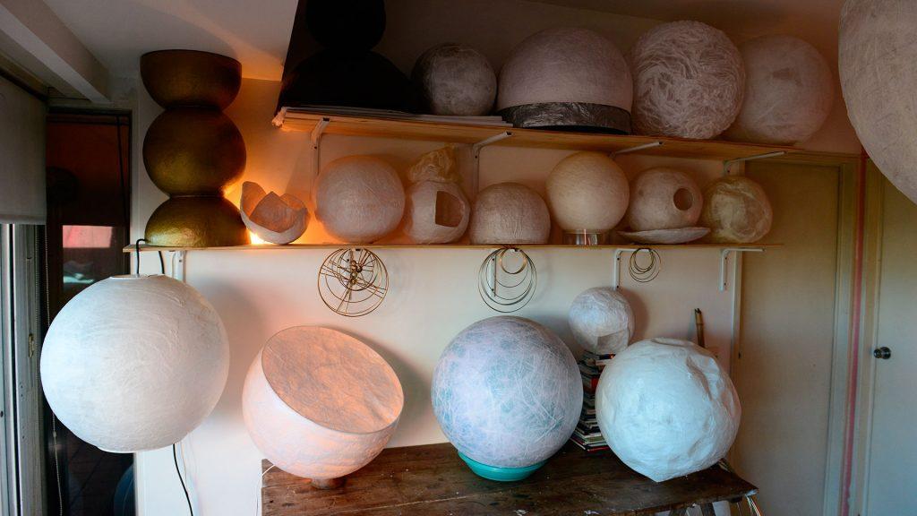 En papel de seda, cada lámpara es concebida como un objeto de arte