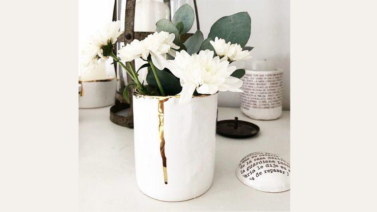 Florero de cerámica con láminas con lustre de oro de Carolina Chillemi