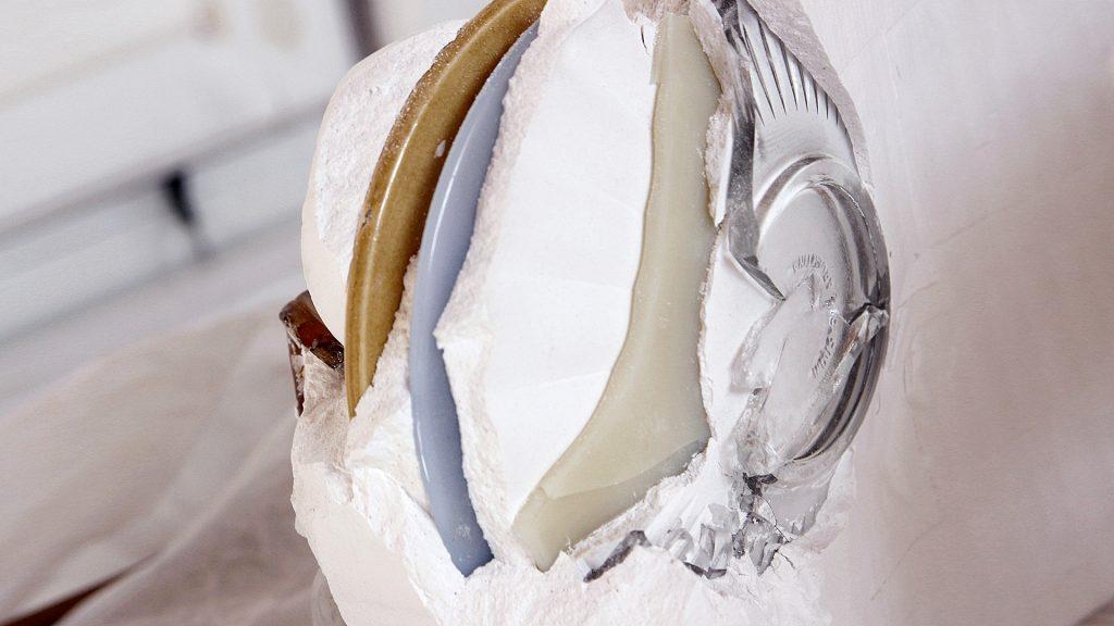 La vajilla recubierta con yeso y mármol