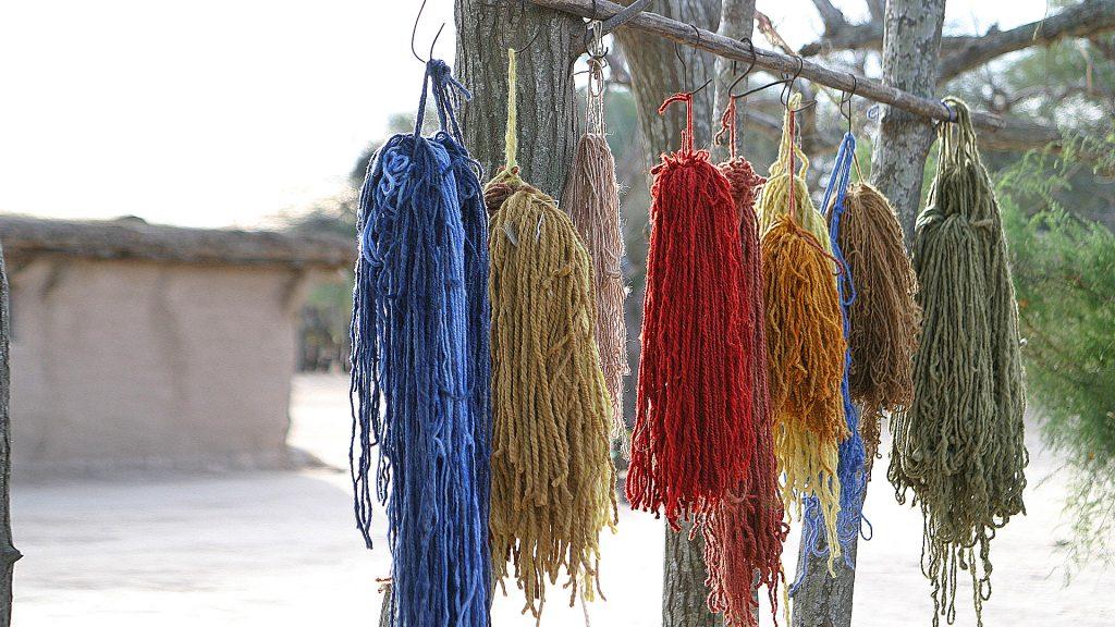 La lana se tiñe con vegetales y minerales (sin plomo)