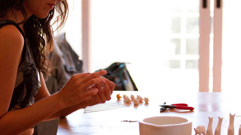 Ximena Clavelli diseña joyería en porcelana inspirada en la fauna local