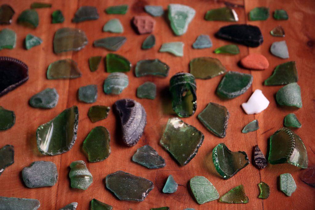 De la recolección de piedras y vidrios del río surgen aros y broches