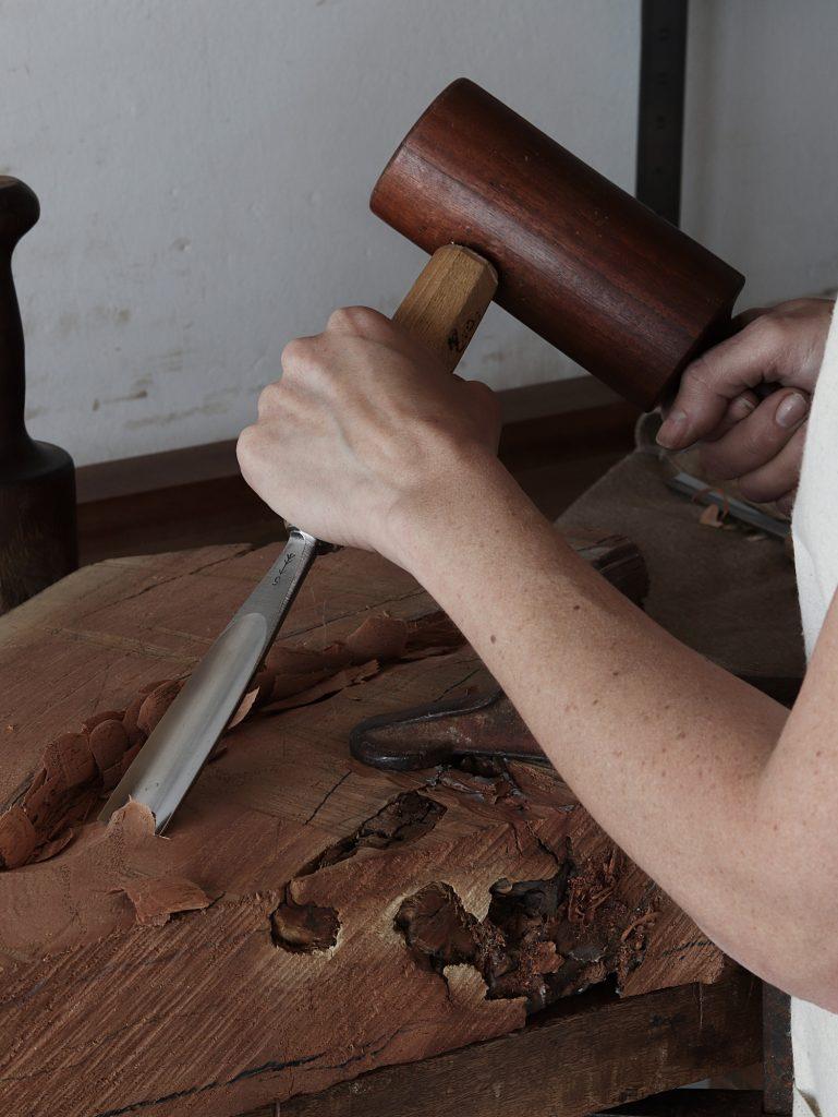 El mazo, la escofina y la gubia: tres de sus herramientas básicas de trabajo