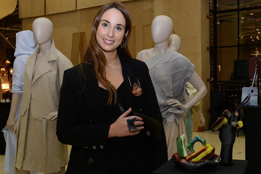 Rocío Belén García Tobal hace joyería contemporánea con crayones.