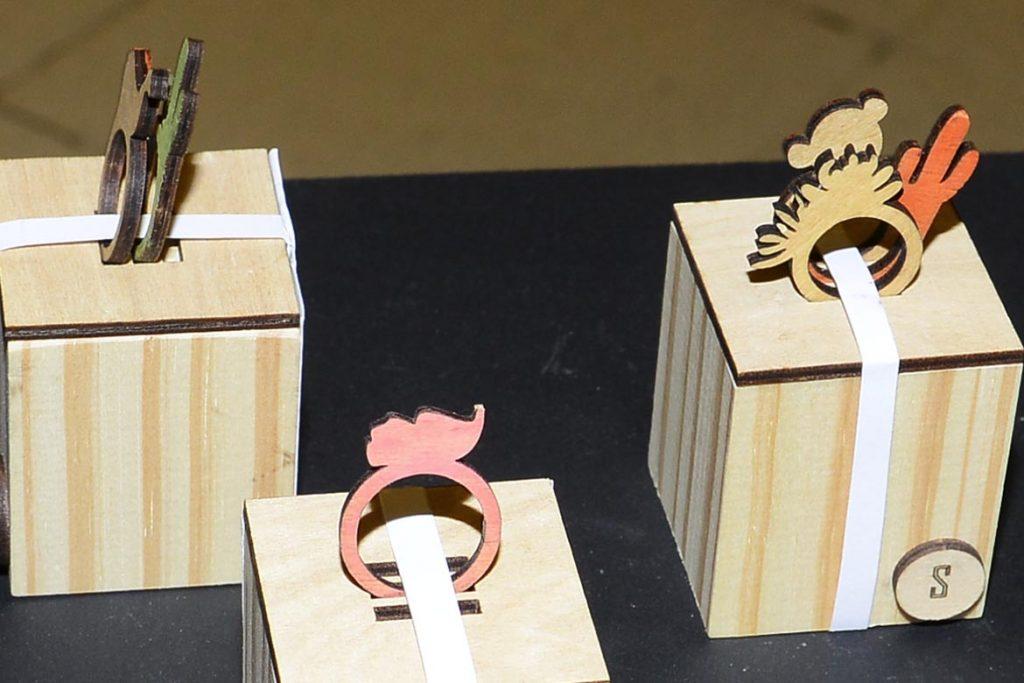 Anillos de madera enchapada realizados por Agostina Ossa.