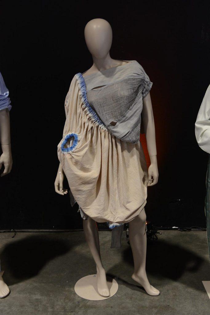 Josefina Romanelli y Emilia Faisal hicieron un vestido con tintes naturales y una morfología poco convencional.