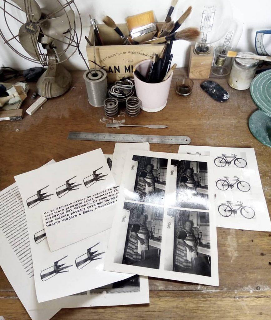 Fotos y grabados que se funden con la cerámica