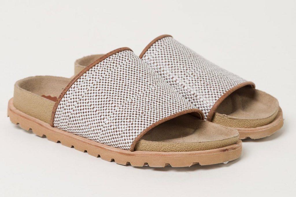 Sandalias con materiales reutilizados.
