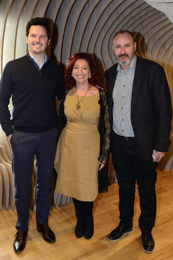 Juan Astibia junto a Mónica Cohen y Bernardo Abruzzese, secretario de la Representación Oficial de Santiago en Buenos Aires.