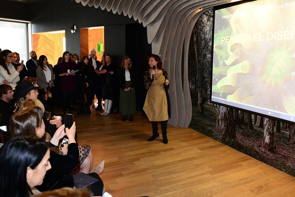 Mónica Cohen hablço sobre biomímesis y explicó el lema de la feria: Pensar el diseño.