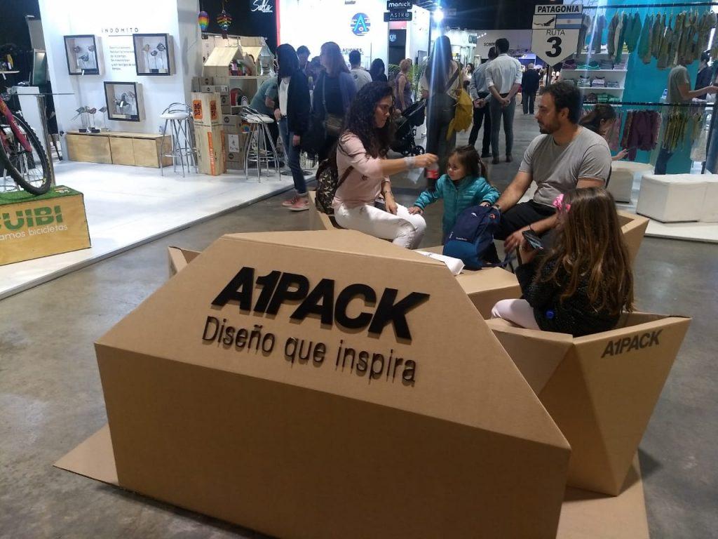 Aparte de sentarse a descansar en meido del recorrido, los visitantes de PuroDiseño admiraron la calidad de los muebles de A1 Pack.