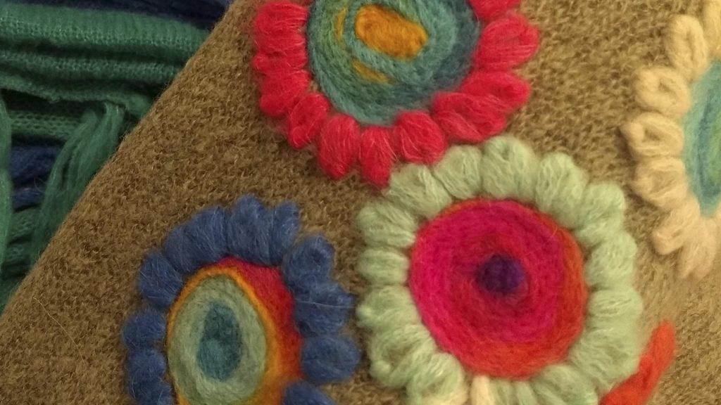 Bordados florales dan vida a los tejidos artesanales de Abriles de lana.