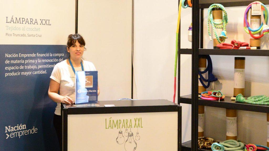 Flavia Aramayo en el stand de Lámparas XXl en PuroDiseño