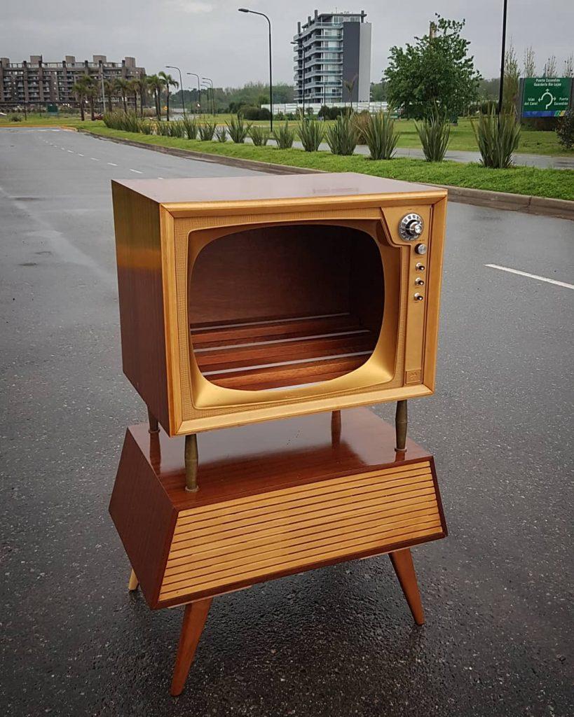 La carcasa de un televisor antes de convertirse en mini bar