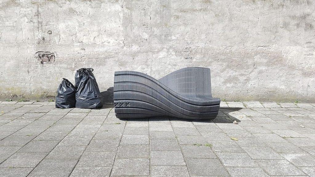 Muebles y objetos hechos con plástico reciclado. The New Raw