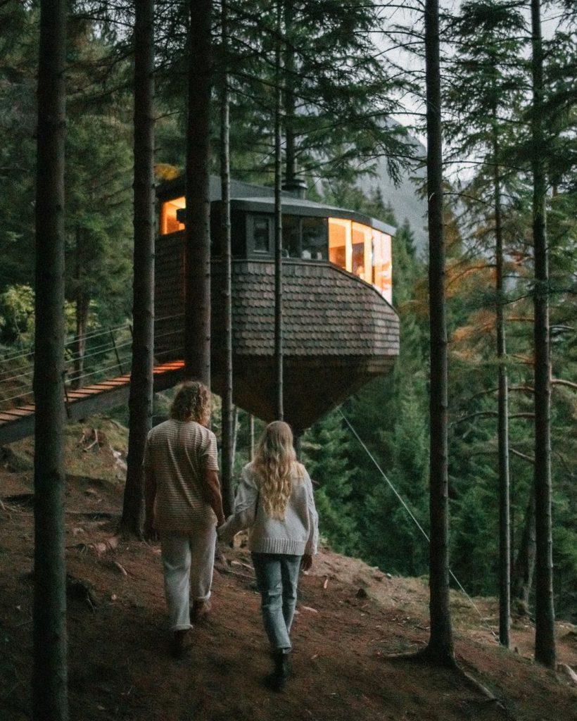 Un refugio construido en un árbol. Noruega