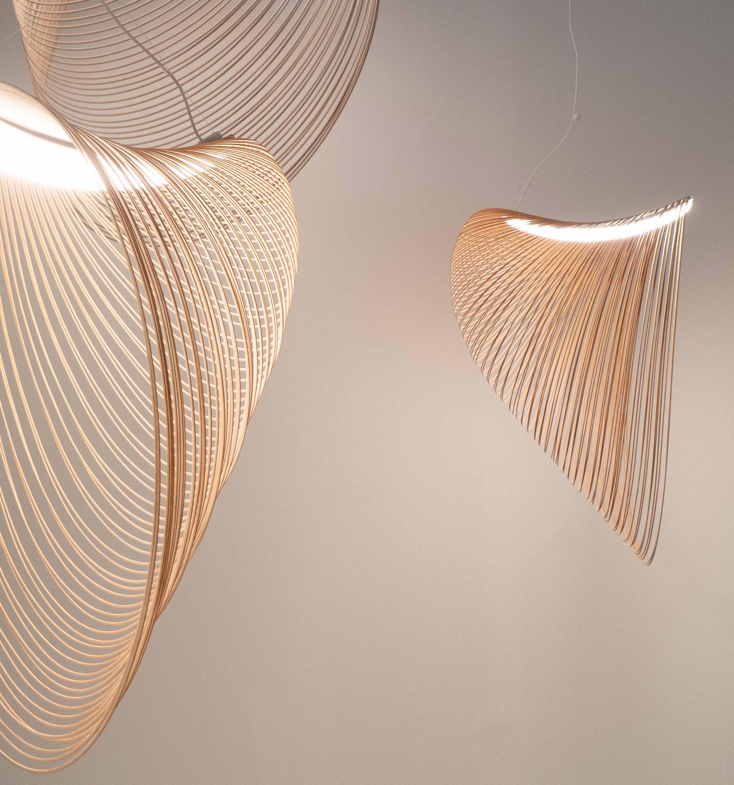 el cálido resplandor de la luz que se refleja en la superficie de madera combinado con el movimiento fantasmal crea una sensación relajante