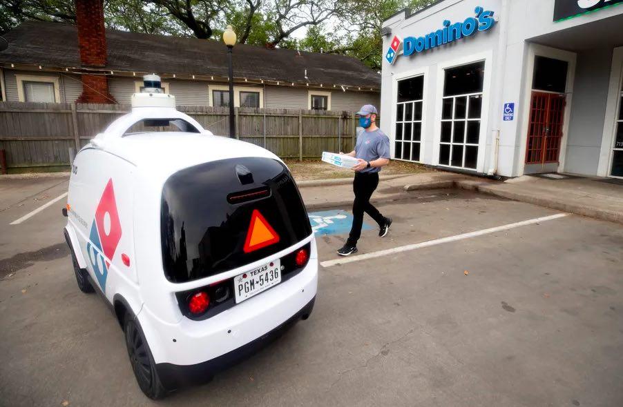 Delivery del futuro: un mini coche que reparte pizzas y no tiene conductor