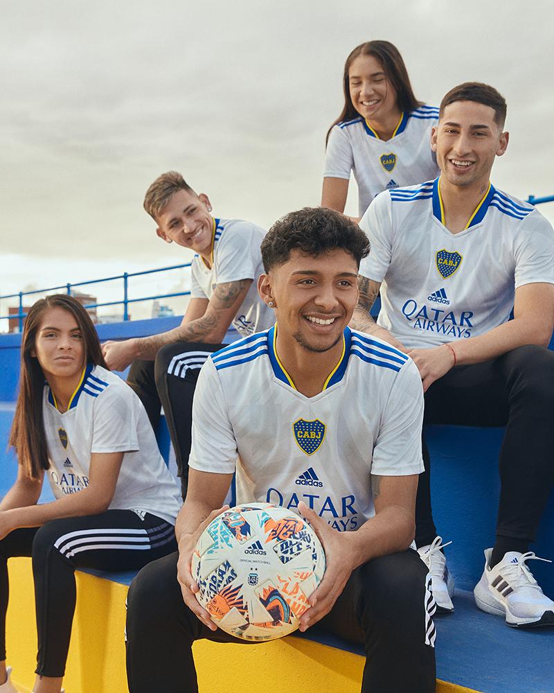 Los juveniles de Boca con la nueva camiseta suplente.