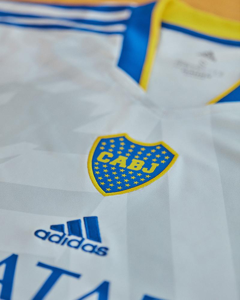 La flamante camiseta de Boca lleva el color gris como base. Foto: gentileza adidas.
