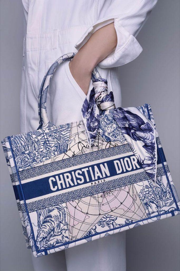 Los pañuelos de seda de Dior decoran bolsos de la maison.