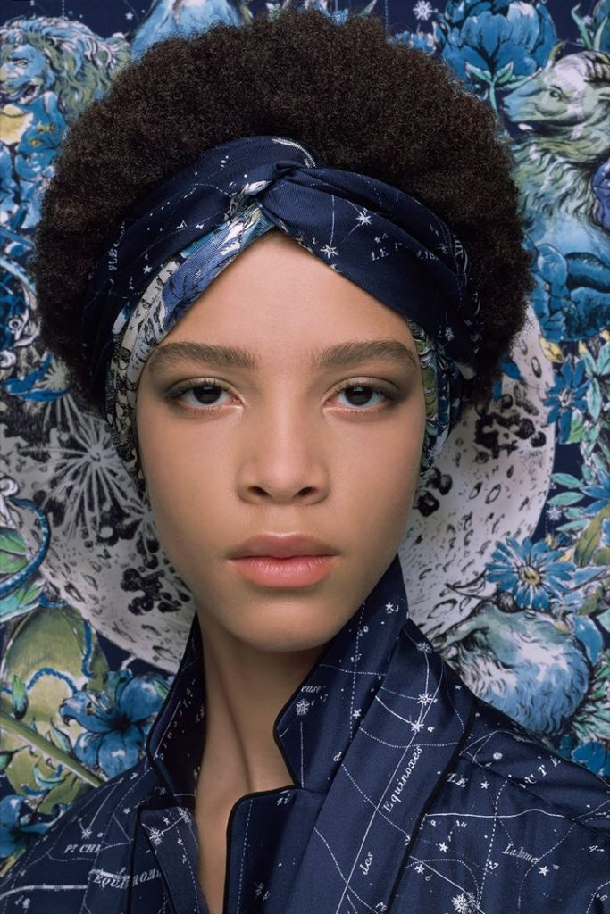 Alrededor de la cabeza, un uso clásico y chic para usar los pañuelos Dior.