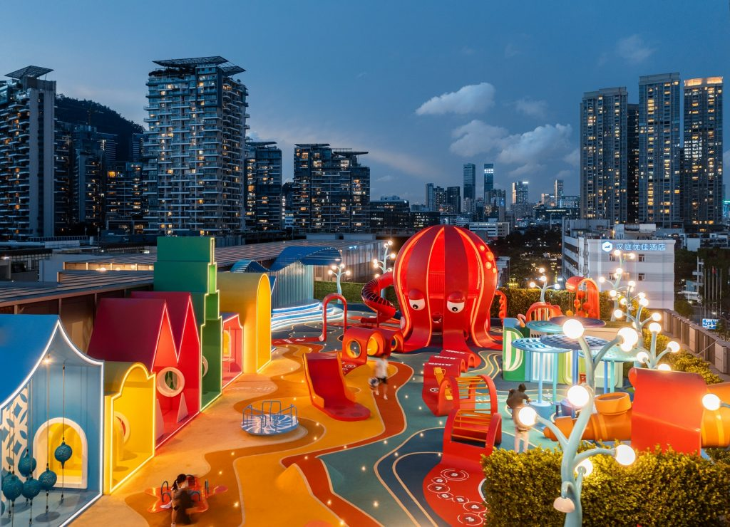 Así se ve Octopus Kingdom a la noche.