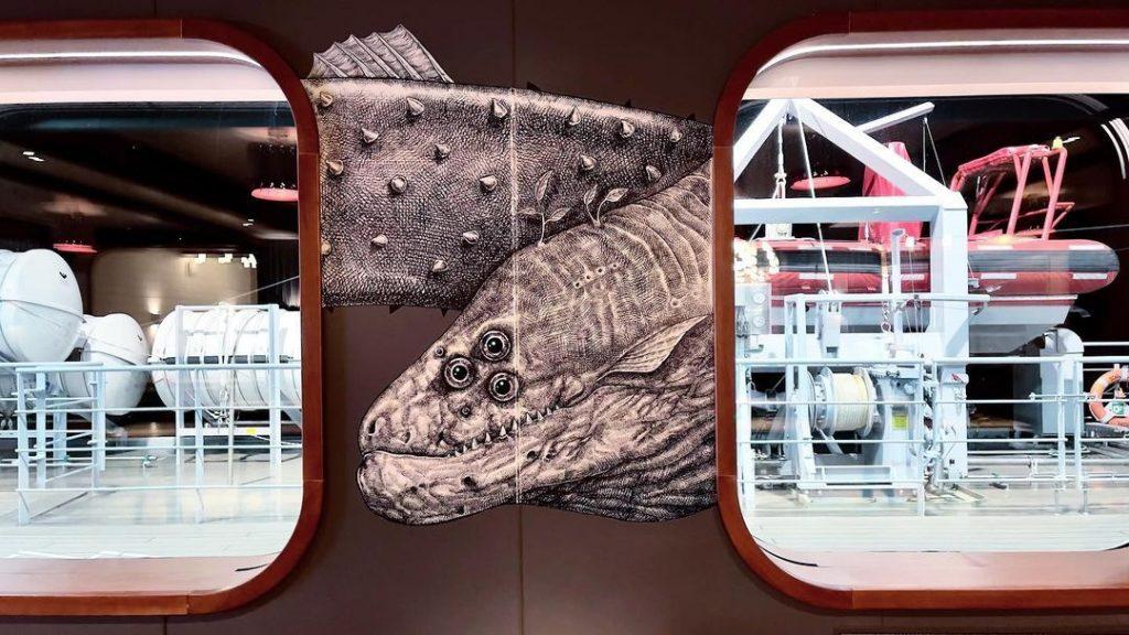 Un barco de Virgin Voyages con la obra de Alexis Diaz.