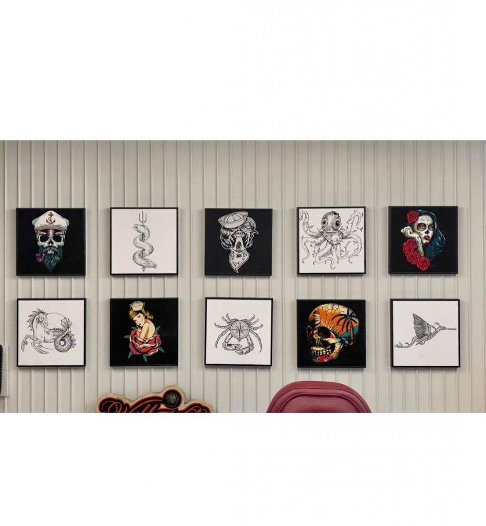 Un salón del crucero Scarlet Lady, con obras de Alexis Diaz.