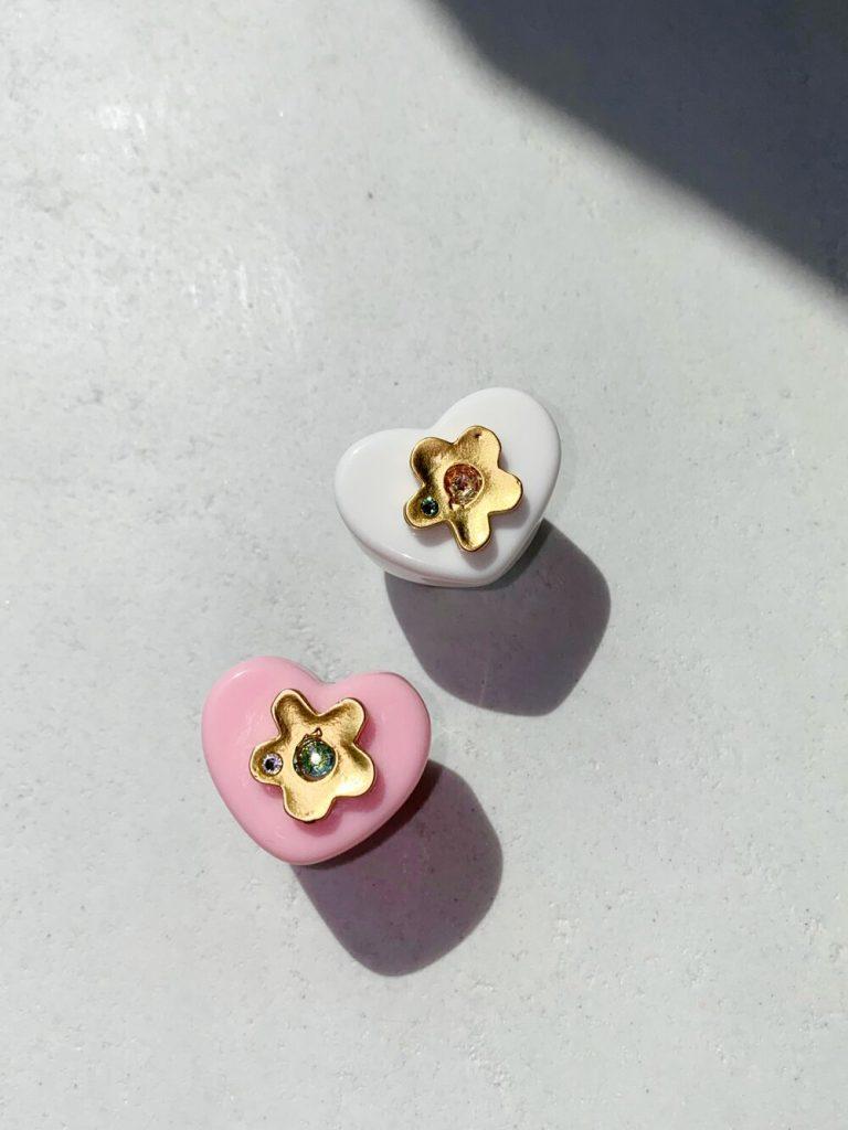 Los anillos de Notte, enchapados en oro y con cristales Swarovski.