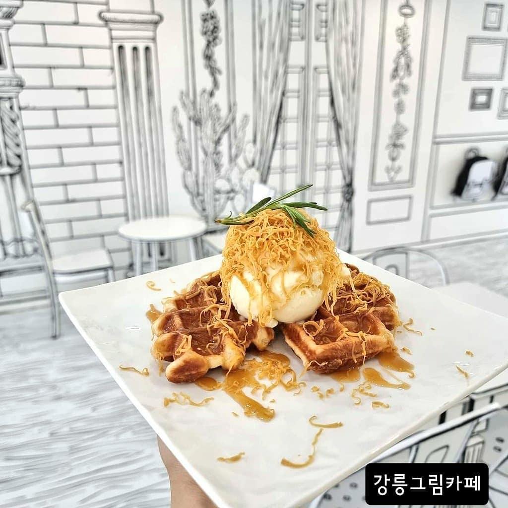 Todo en blanco y negro, menos el servicio gastrónico. Así es el café comic en Seúl, Corea del Sur.