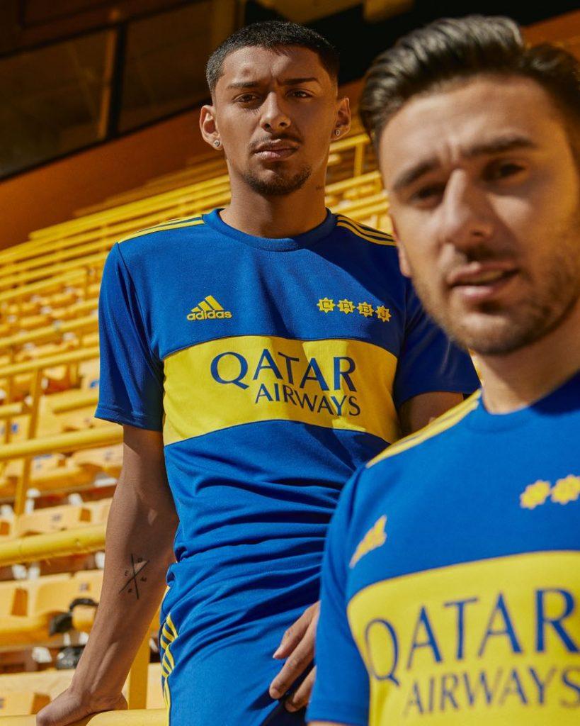 Cristian Medina y Toto Salvio con la nueva (vieja) camiseta de Boca de adidas de 1981.