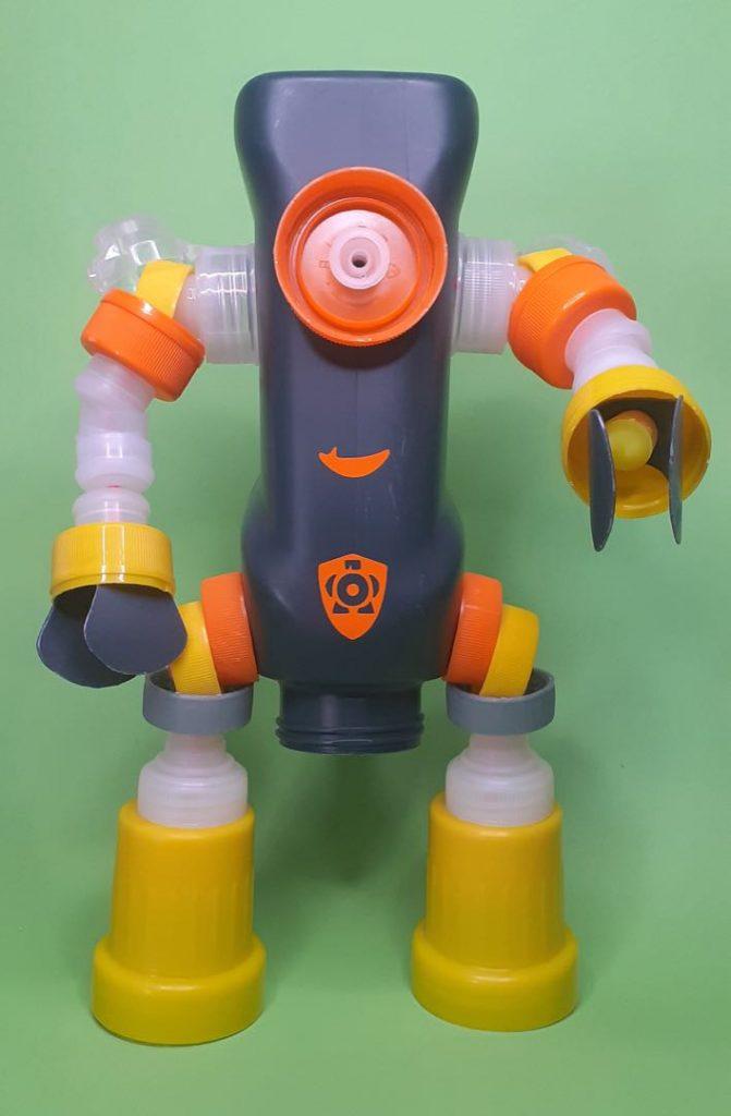Bo-tito está hecho con plásticos de uso cotidiano.