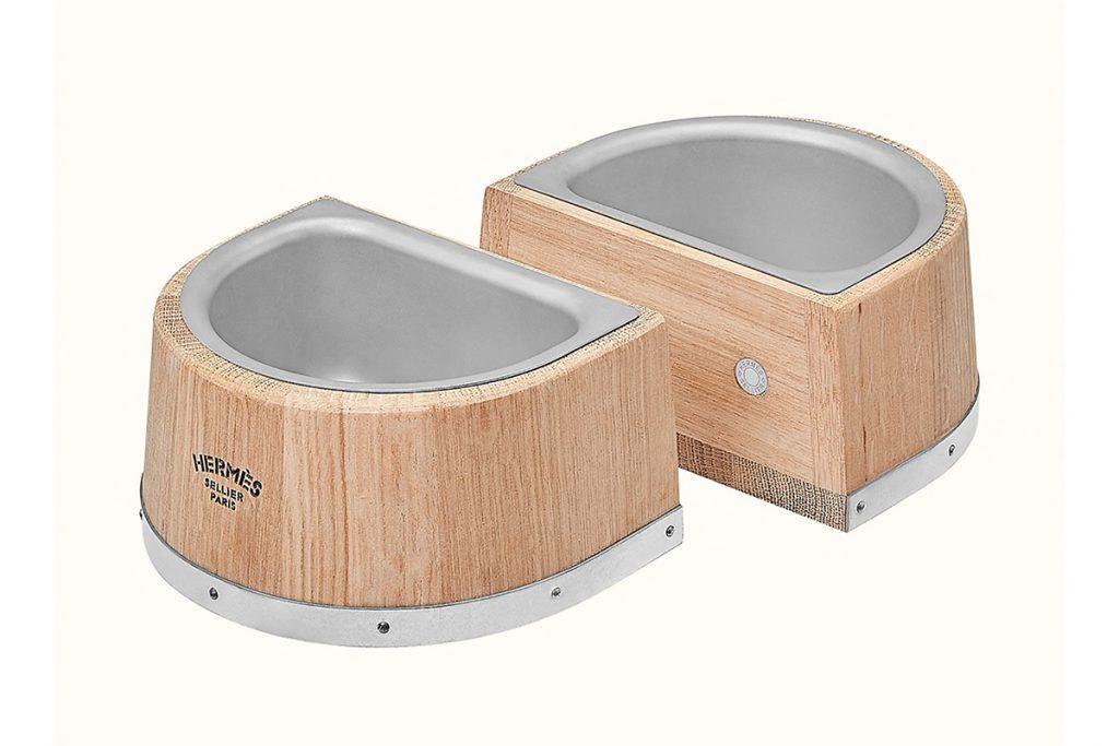 El comedero para perros de Hermès es de madera de roble y cuencos de acero inoxidable.
