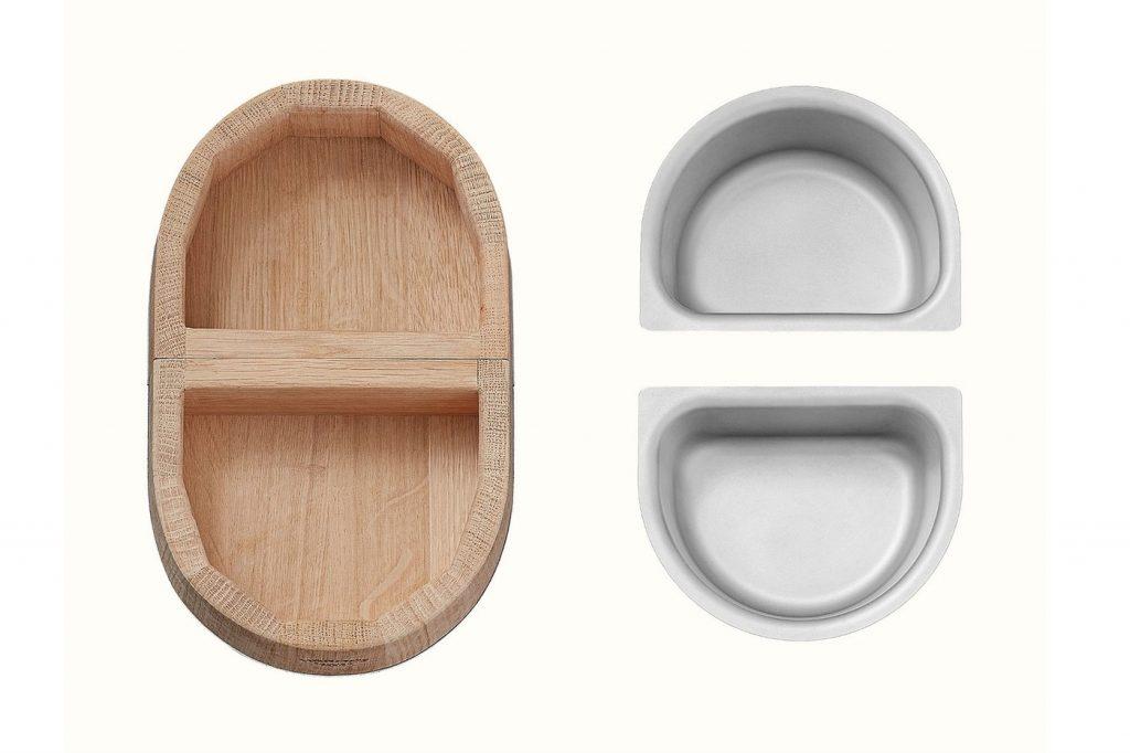 El cuenco de madera separa de los recipientes de acero inoxidable.