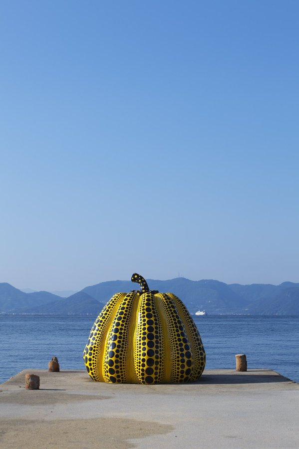 Antes de la tormenta, la escultura Calabaza ícono de Yayoi Kusama.
