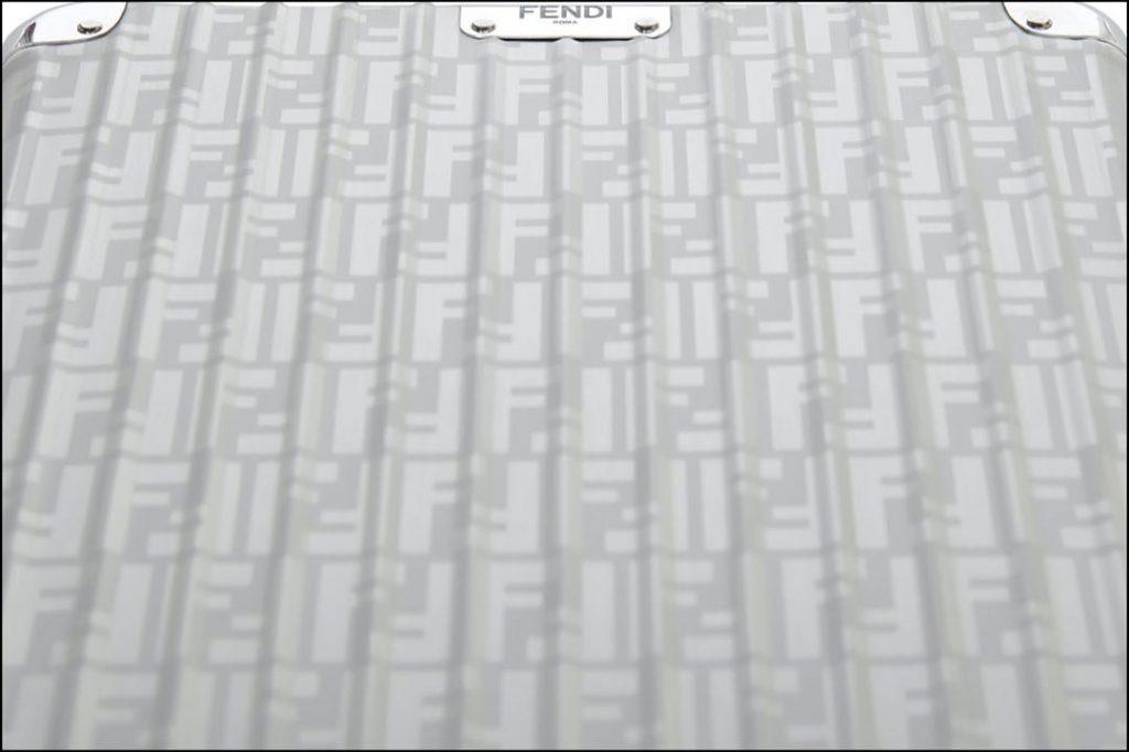 En primer plano, una valija Fendi x Rimowa.