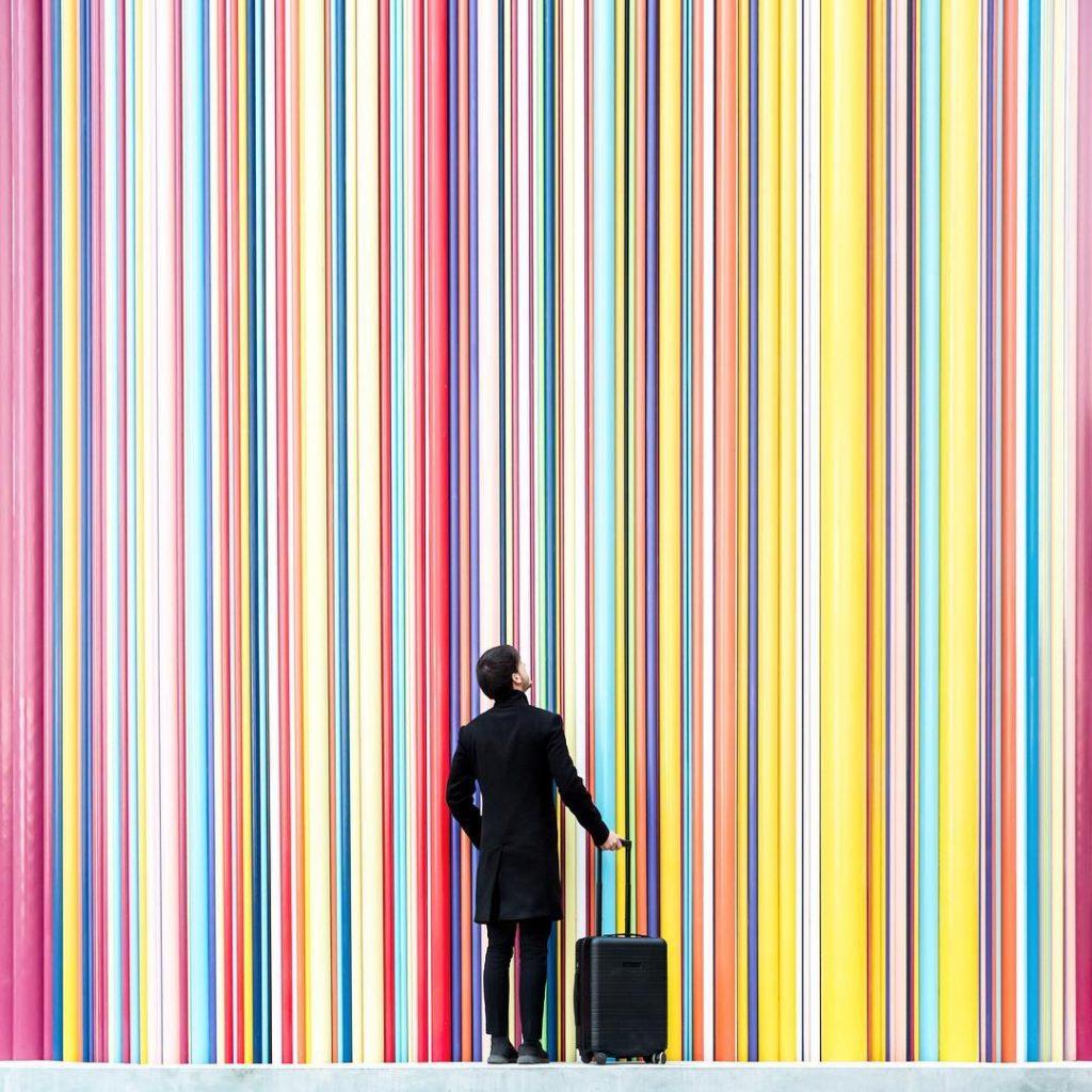 Daniel Rueda frente a una pared multicolor.