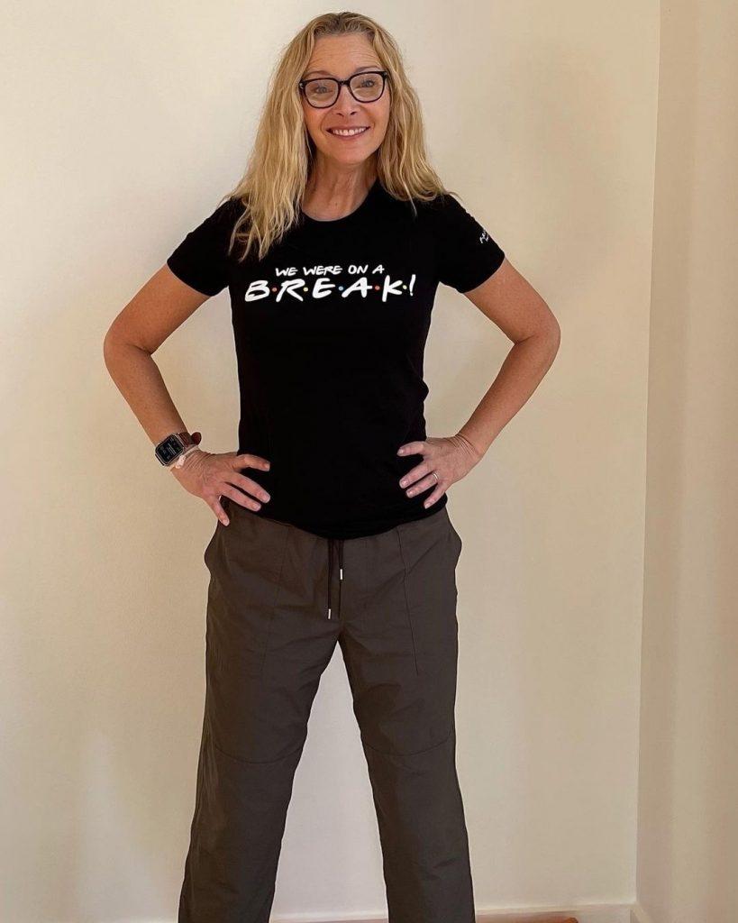 Lisa Kudrow con la camiseta de Friends puesta.
