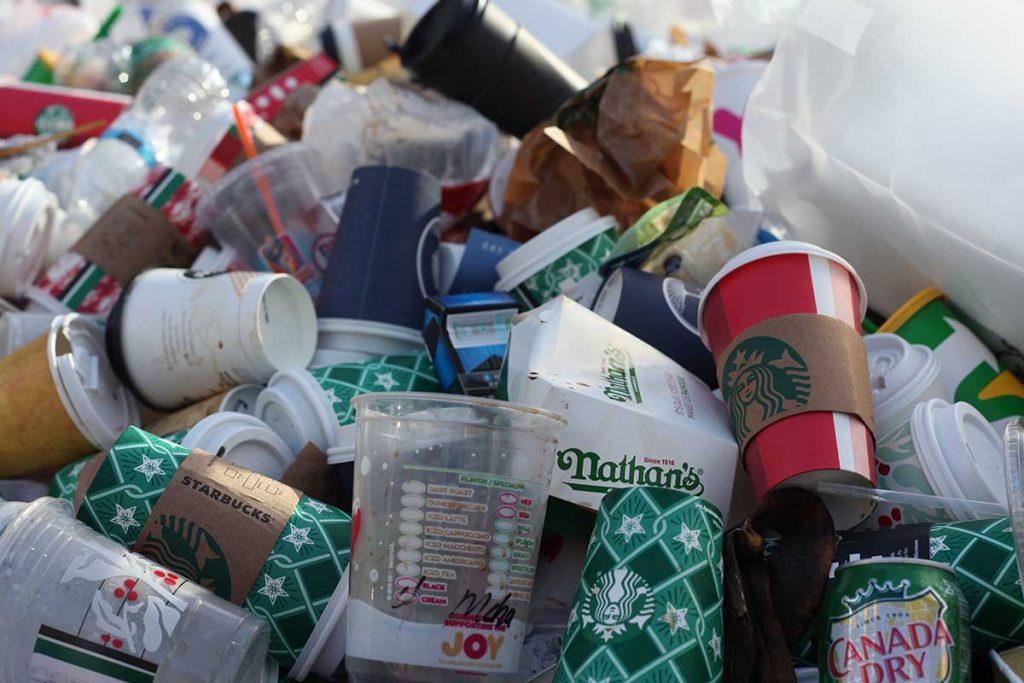 Los plásticos descartables de un solo uso provocan un grave problema ambiental.