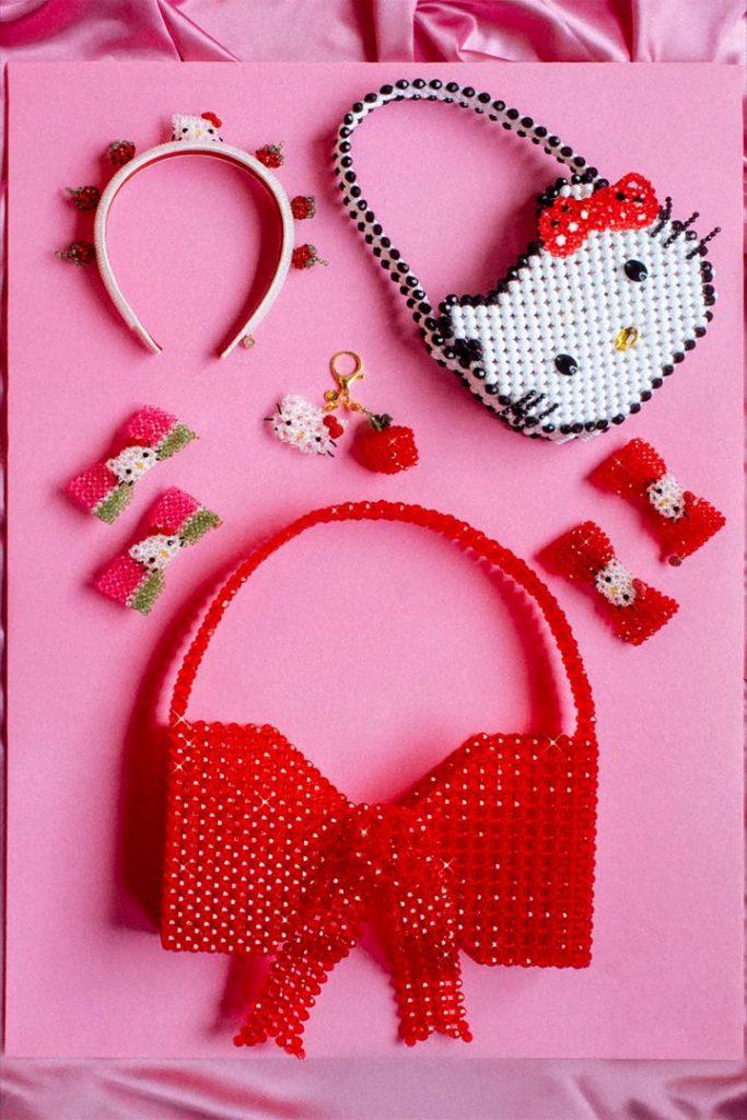 Hello Kitty, o accesorios para jugar como niñas.