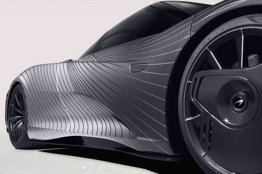 El McLaren Speedtail en bitono y co rayas.