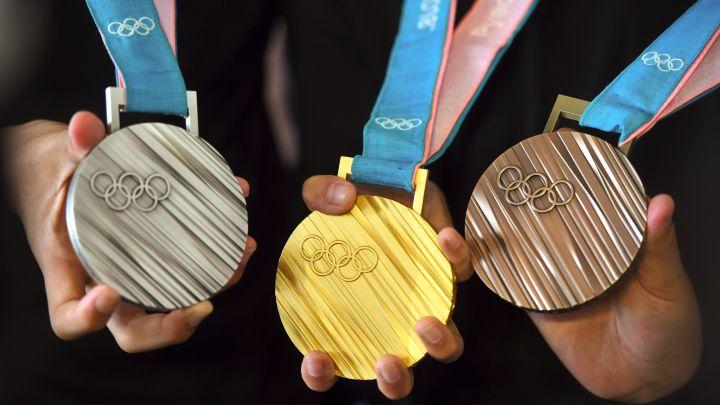 Las medallas están inspiradas en los abanicos japoneses tradicionales, además de estar grabadas en braille en el anverso.