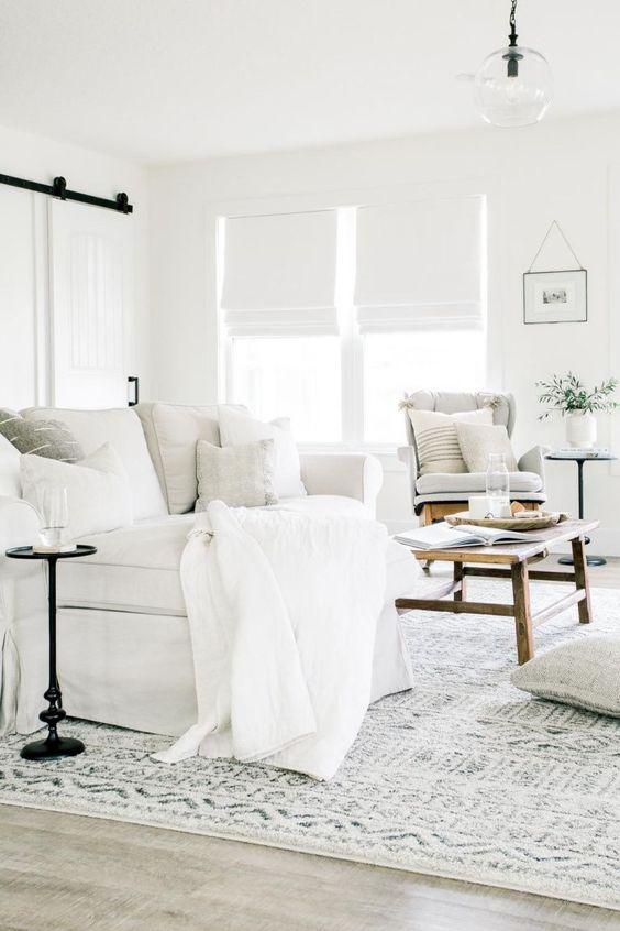 Un espacio en total Bright White, el color que nuclea las tonalidades Clarify de Pantone 2021.