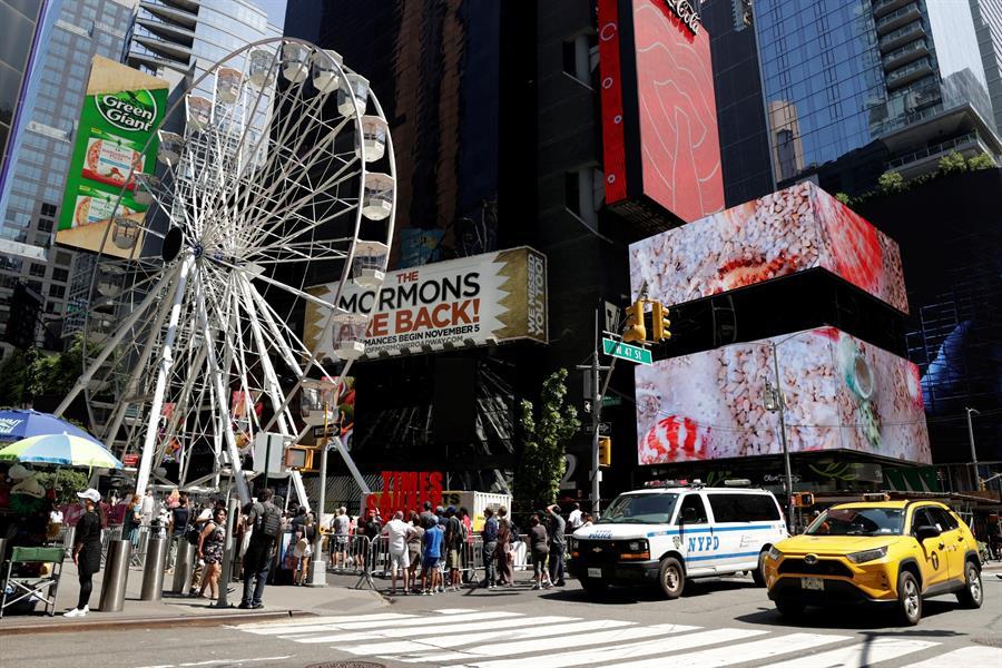 """La """"nueva rueda de Chicago"""" o vuelta al mundo es la nueva gran atracción de Times Square. Foto: EFE/Jason Szenes."""