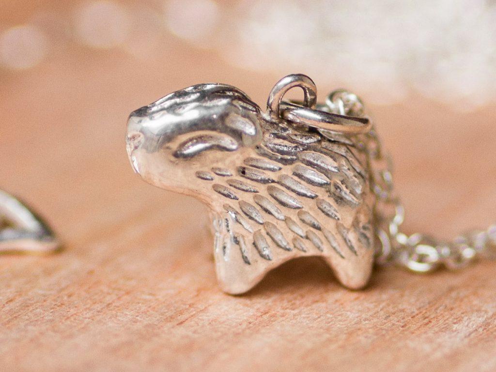 Un carpincho hecho en plata por Ximena Clavelli.