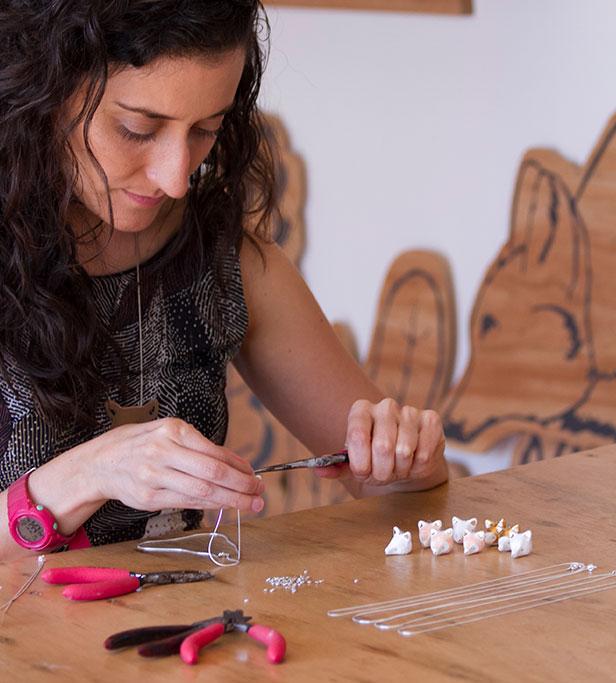 Ximena Clavelli  en acción, creando su universo de joyería salvaje.