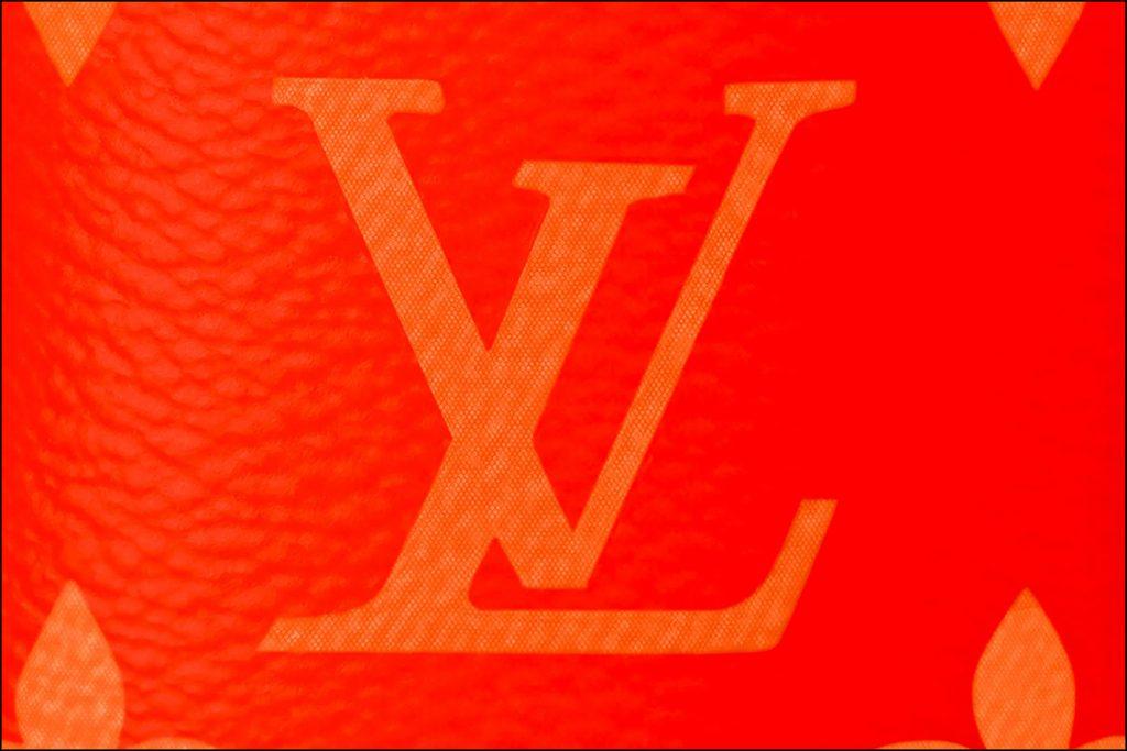 El monograma de LV presente en el nuevo objeto de deseo fashionista de color naranja.