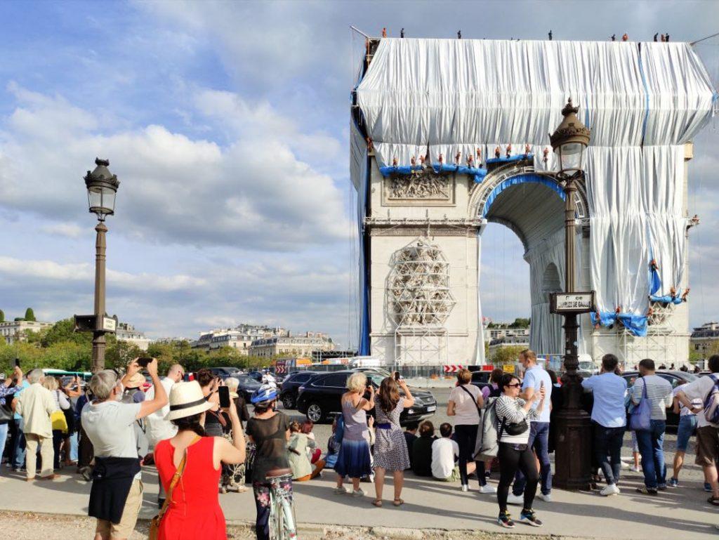 El Arco del Triunfo se transforma en un paquete de regalo.